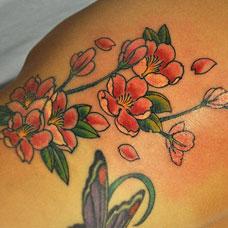 侧腰好看的桃花纹身图片