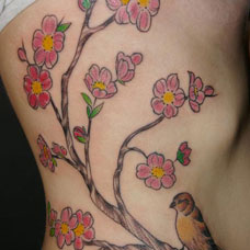 侧腰桃花鸟纹身图案