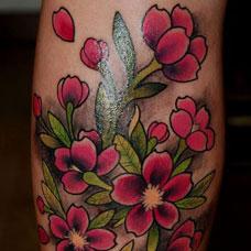 小腿好看的桃花纹身图案