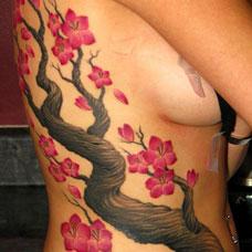 侧腰个性桃花纹身图案