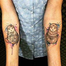 手臂内侧泼墨套娃纹身图片
