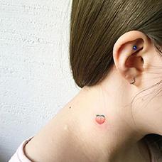 女生颈部小桃子纹身图片