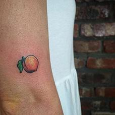 大臂小桃子纹身图片