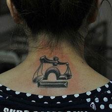 颈部天秤座纹身图案