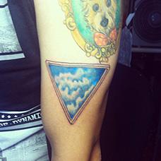 大臂三角形天空纹身图案