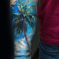 手臂椰树蓝色天空纹身图案