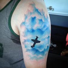 大臂飞翔在天空的战斗机纹身图片