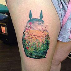 女生大腿龙猫天空纹身图案