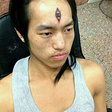 男士脸部天眼纹身图片