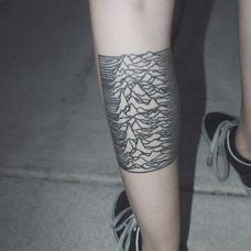 小腿条纹创意山峰纹身图案