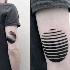 大臂后黑色条纹圆形几何纹身