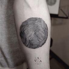 个性帅哥手臂条纹纹身图案