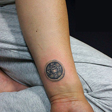 手腕铜钱纹身图片