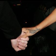 女星蕾哈娜虎口部落图腾纹身