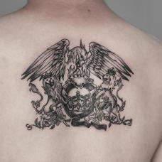 吴娴背部帅气的欧美风格纹身