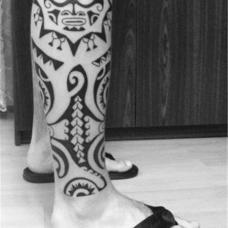 休闲风男人小腿图腾纹身