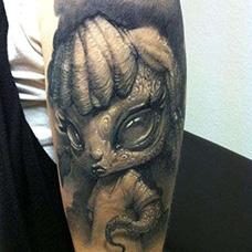 手臂个性的外星人纹身图片