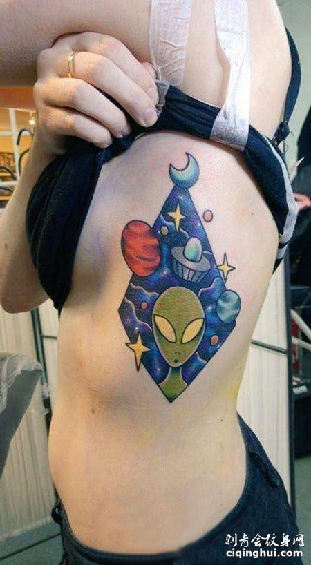 女生侧腰外星人纹身图案