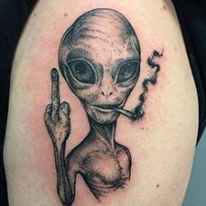 大腿竖中指的外星人纹身图案