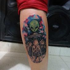 手臂外星人和飞碟纹身图案