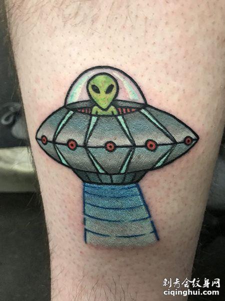 小腿坐着飞碟的外星人纹身图案