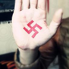 手部红色万字符卐纹身图案