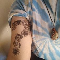 大臂花朵问号创意纹身图案