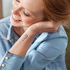 女生手腕问号纹身图案