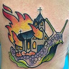 腰部蜗牛和着火的房子纹身图片