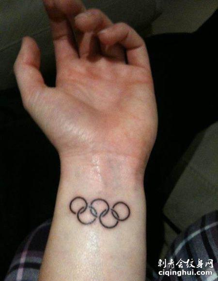 手腕黑色五环纹身图案