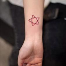 女生手腕双重立体五角星纹身图案