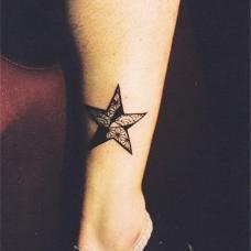 男生小腿五角星纹身图案