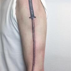 男生大臂上武士刀纹身图案