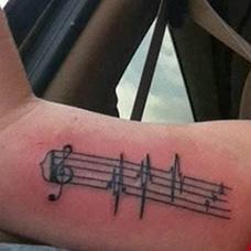 大臂内侧五线谱纹身图案
