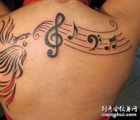 女生肩部五线谱纹身图案