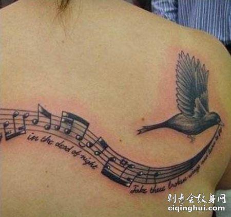 背部五线谱小鸟纹身图案