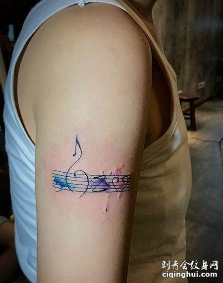 大臂好看的五线谱纹身图片