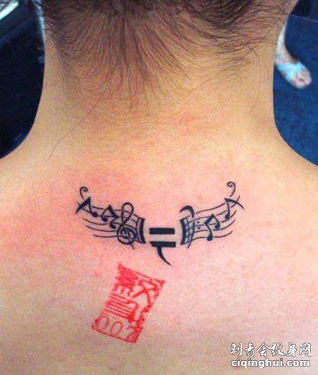 女生颈部五线谱纹身图片