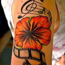 女生大臂五线谱花朵纹身图案