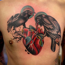 胸部心脏和乌鸦纹身图案