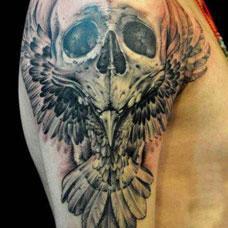 大臂帅气骷髅乌鸦纹身图案