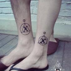 情侣小腿上X字母创意几何纹身
