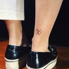 简约的韧带X字母纹身图案