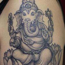 大臂黑灰色经典象神纹身图案