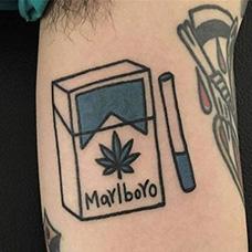 大臂万宝路香烟纹身图案