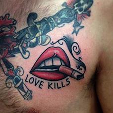 胸前叼着香烟的嘴纹身图案