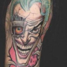 大臂个性恶魔小丑纹身图片