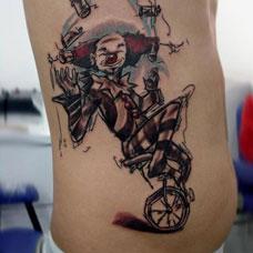 侧腰小丑单车纹身图案