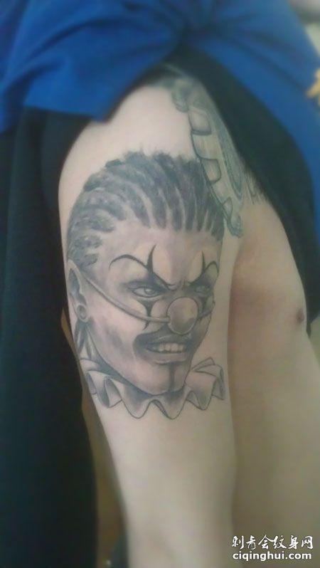 大臂小丑纹身图片