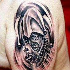 大臂上的小丑纹身图案